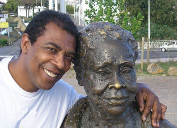 L'auteur embrassant la statue de sa grande tante Gerty